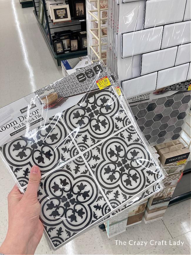 schwarz-weiße Peel + Stick Kacheloptionen aus der Hobby Lobby