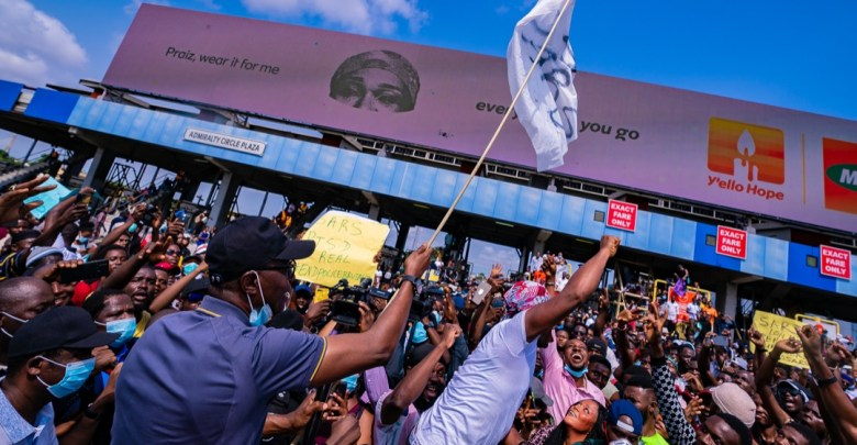 Sanwo-Olu raises the peace flag to the admiration of the protesters