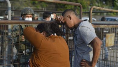 Relatives of inmates wait for information outside a prison in Guayaquil, Ecuador, on September 29, 2021, after a riot occurred (Photo: Fernando MENDEZ / AFP)