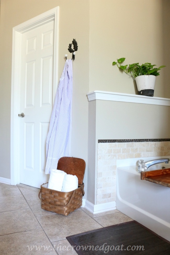 Organizing-bathroom-towels-in-picnic-baskets-The-Crowned-Goat-061815-12 Master Bathroom Makeover Decorating