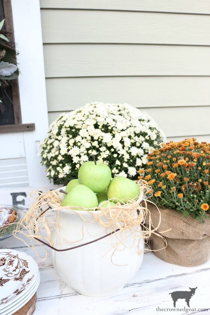 Easy-Outdoor-Fall-Dessert-Bar-The-Crowned-Goat-4 Fall Inspired Outdoor Dessert Buffet Fall