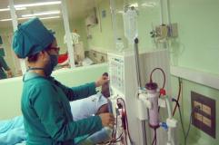 Personal especializado del servicio de Hemodiálisis, en sala de Nefrología del hospital provincial Doctor Antonio Luaces Iraola, en Ciego de Ávila, Cuba, el 11 de agosto de 2014. AIN FOTO/ Osvaldo GUTIÉRREZ GÓMEZ/rrcc
