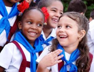Niñas y niños de una escuela primaria, saludan el primero de junio Día internacional de la Infancia en Cuba, en Las Tunas, Cuba, el 31 de mayo de 2011. AIN/FOTO Yaciel PEÑA DE LA PEÑA