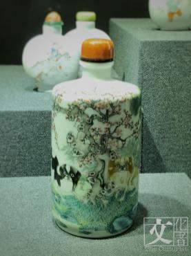 三友圖鼻煙壺創作於清朝光緒年期,是誦先芬室藏品。