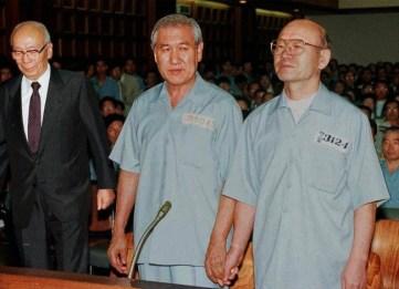 南韓流行俗語:「朴正熙燒飯,全斗煥吃飯,盧泰愚洗碗」,形容了三任總統的微妙關係。而1996年,全斗煥(右)與盧泰愚(中)於法庭上手牽手接受審訊的一幕堪稱歷史經典。(Getty Image)