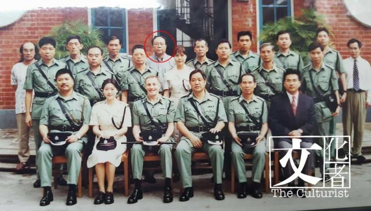 1997年回歸時,陳兆榮(紅圈)與大伙兒在總部大樓前留影