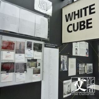 曾高掛在倫敦杜克街英國白立方畫廊的門牌,可在地下的「記憶膠囊」裏看到