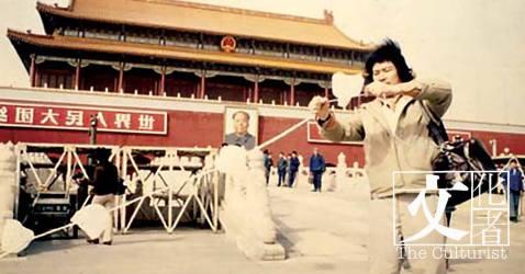 1979年,蛙王在北京天安門廣場及長城進行「膠袋計劃」,是中國首個有記載的行為藝術。