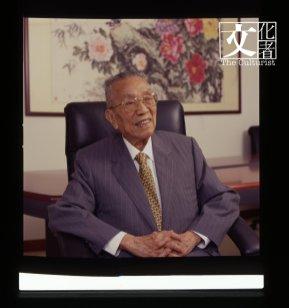 何耀光先生,2002年攝於福利建築公司。(香港藝術館提供)