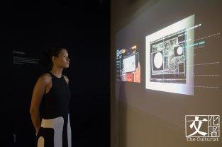 《Recognition 辯認》通過人工智能(AI)辯識圖像技術,結合泰特美術館館藏,將當今的新聞攝影圖片,利用作品比對泰特類似的館藏畫作,體驗古今交錯的奇妙感受。
