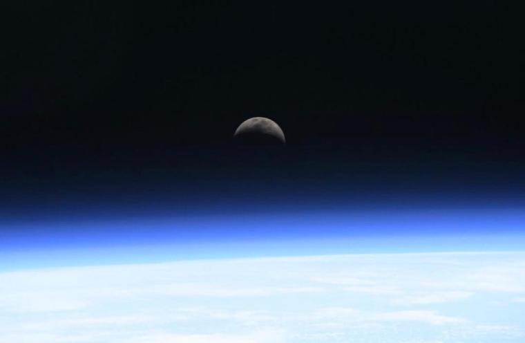 Koch與隊友每隔一個半小時就會環繞地球一周,所以每天都會看到16組日落和日出。圖中的是「月出」一刻,充滿靈性美。