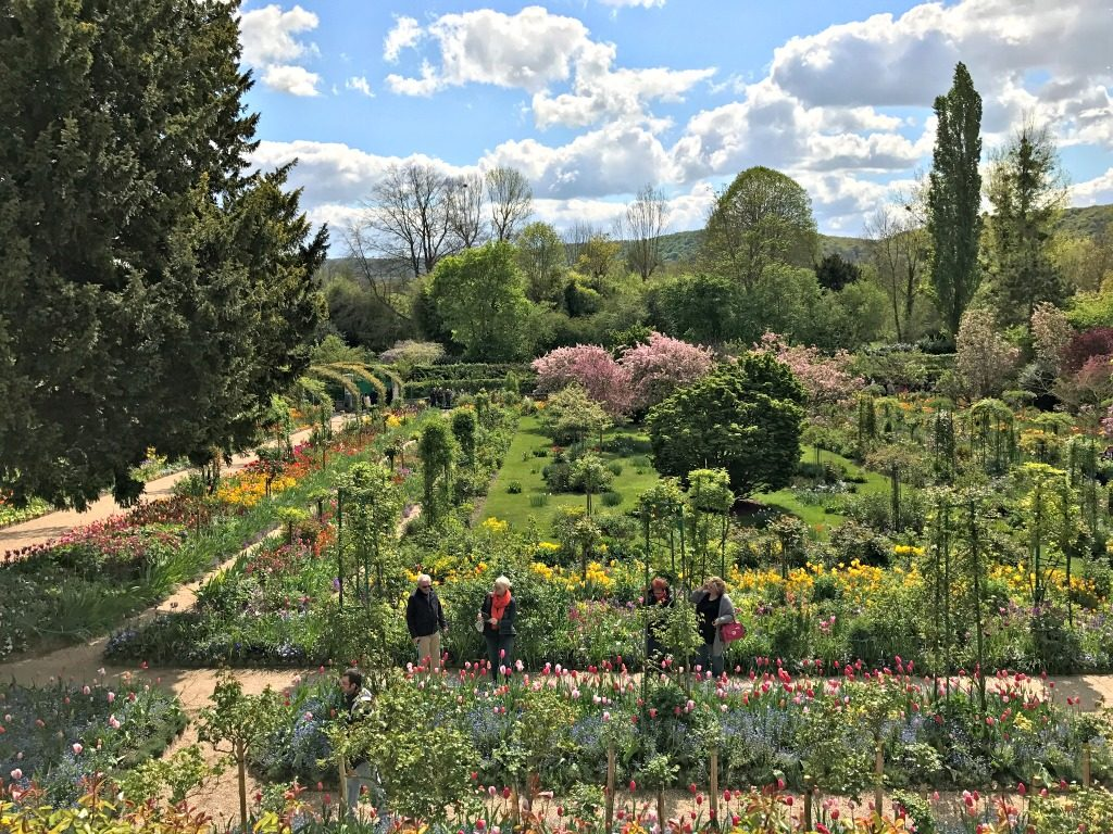 Day trip from Paris to Giverny in the spring. thedailyadventuresofme.com