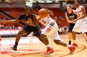 Junior guard Alecia Smith continues to play hard for the Cougars as she picked up 16 points in Monday's matchup. | Justin Tijerina/The Cougar