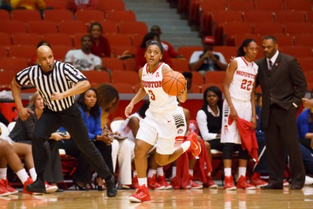 Junior guard Bianca Winslow kept the ball moving on the court Sunday afternoon, helping the Cougars rack up 100 points. | Justin Tijerina/The Cougar
