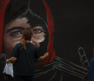 Artist Anat Ronen begins live demonstration of her mural. | Photo by Pablo Milanese