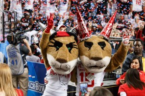 Sasha and Shasta celebrate with the crowd. | Justin Tijerina/The Cougar