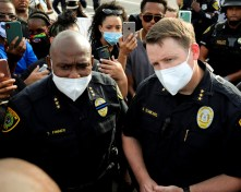 Houston Police Department higher-ups Troy Finner, left, and Matt Slinkard speak to a crowd of protesters. | Mikol Kindle Jr./The Cougar