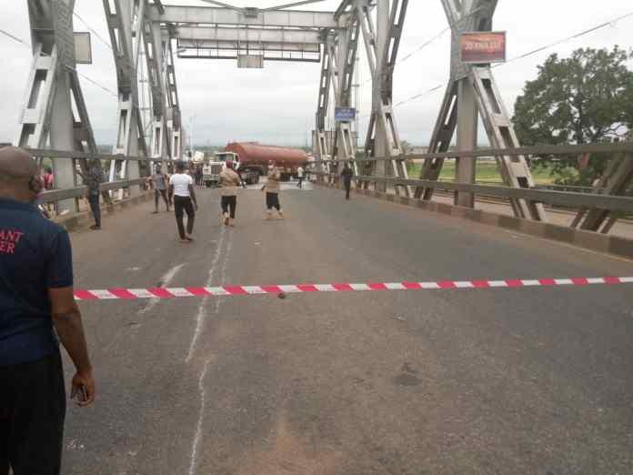 BREAKING: Tension as Petrol Tanker crashes at Niger Bridge, spills content 1