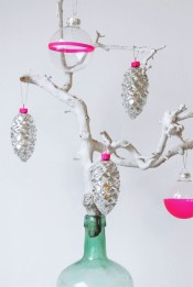 Introduce a bit of this year's colour trends by decorating your ornaments in a metallic or neon colour! http://entermyattic.blogspot.nl/2012/12/diy-christmas-decoration.html
