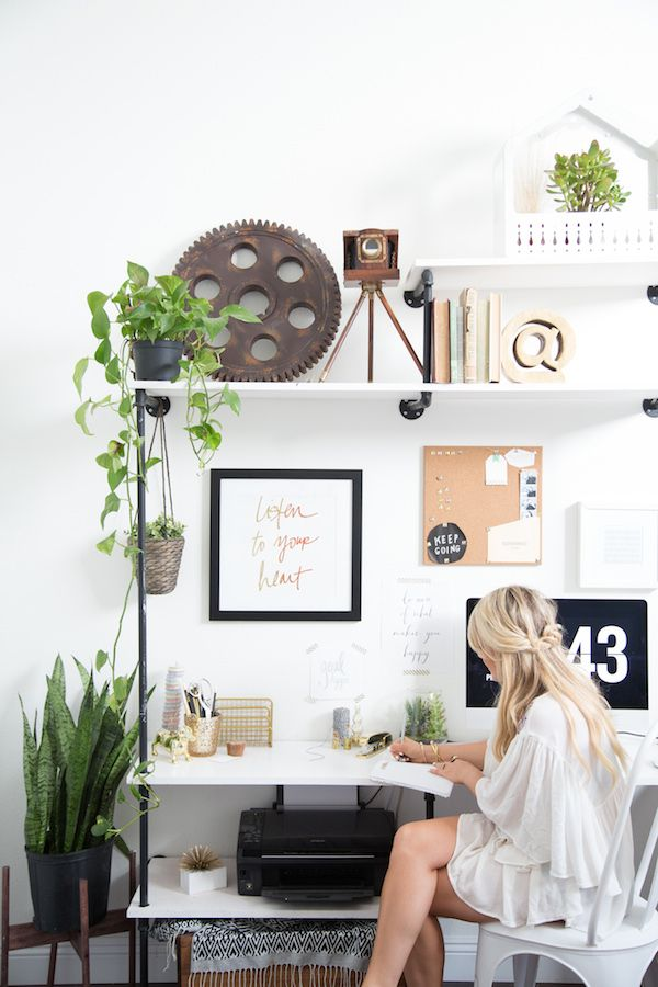 The workspace of Amber Thrane of Dulcet Creative features some awesome greenery! | Source: http://theglitterguide.com/2014/12/16/california-home-tour-amber-thrane-dulcet-creative/?slide=10#content