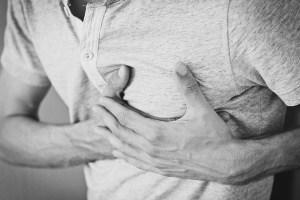 Hombre agarrando el pecho - Menor riesgo de ataque cardíaco en diabéticos