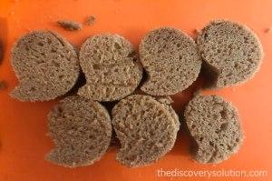 ⑫ チョコレートパウンドケーキからオバケの形をとります