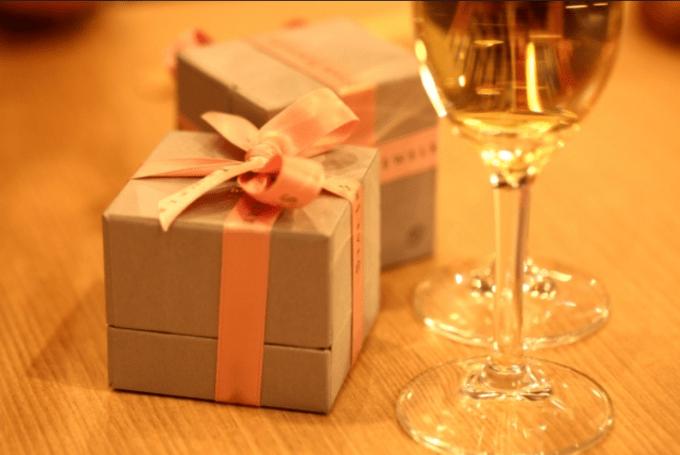 席を離れている間にレストランのテーブルの上にプレゼントを!