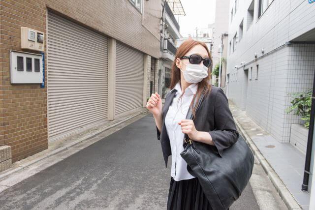 メガネをかけてマスクもしている怪しい女性とは?