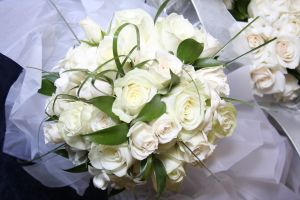 white_roses_bouquet