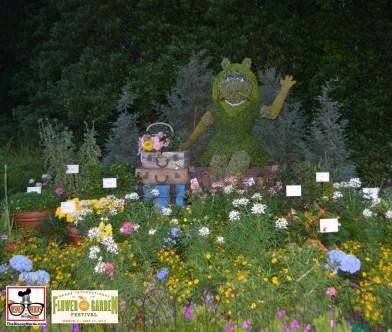 Miss Piggy and Tour de Fleurs Garden - near Italy - What happened to Kermit? - - Epcot International Flower and Garden Festival 2015