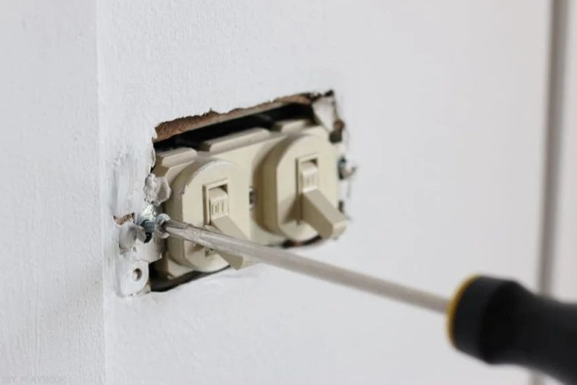 changing_electrical_light_switch-4