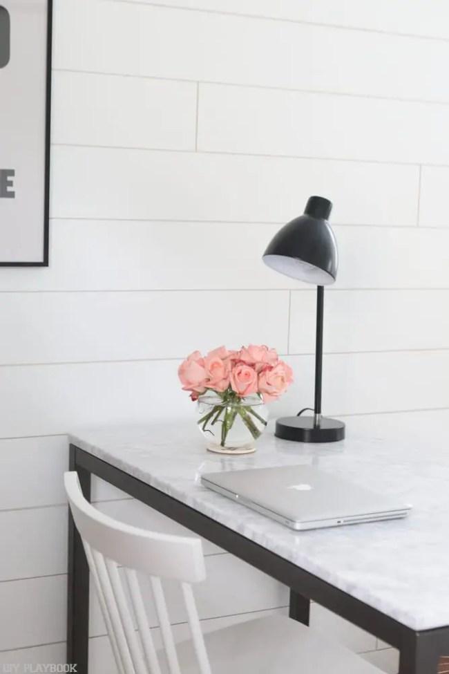 laptop-black-lamp-roses-flowers-office