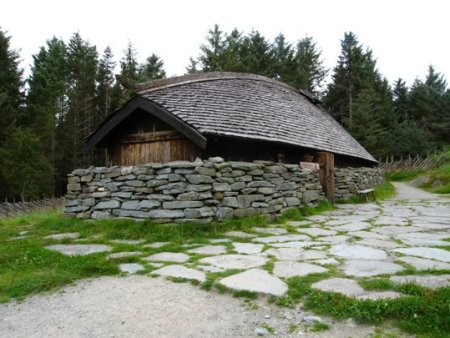 Replica Viking Age longhouse at Avaldsnes. Image source: www.turn23.blogspot.ca