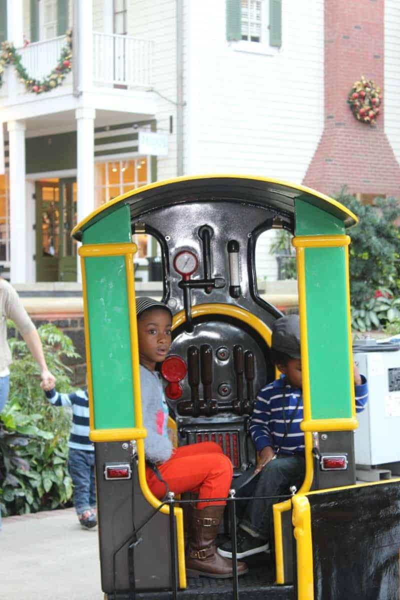 kids-on-train-at-gaylord-national-christmas-16