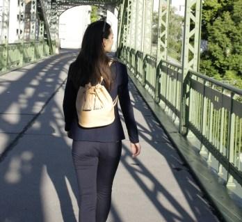 Rucksack beige Rücken
