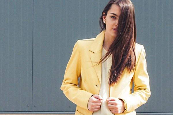 Outfit: Weite Hose und gelber Mantel