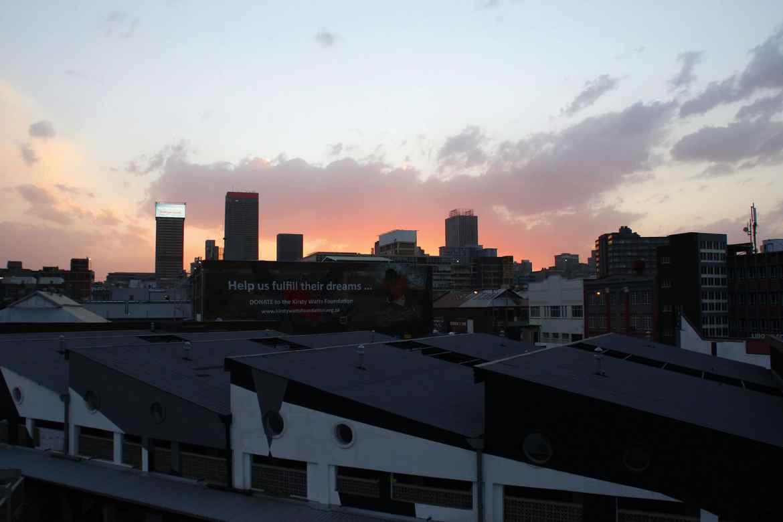 Blick vom Balkon der Forty Twoer Apartments Johannesburg bei Sonnenuntergang