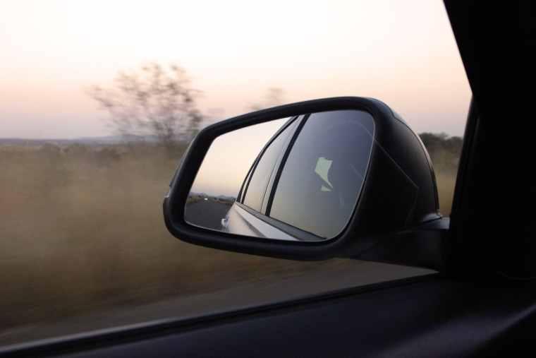 Autospiegel in Morgendämmerung