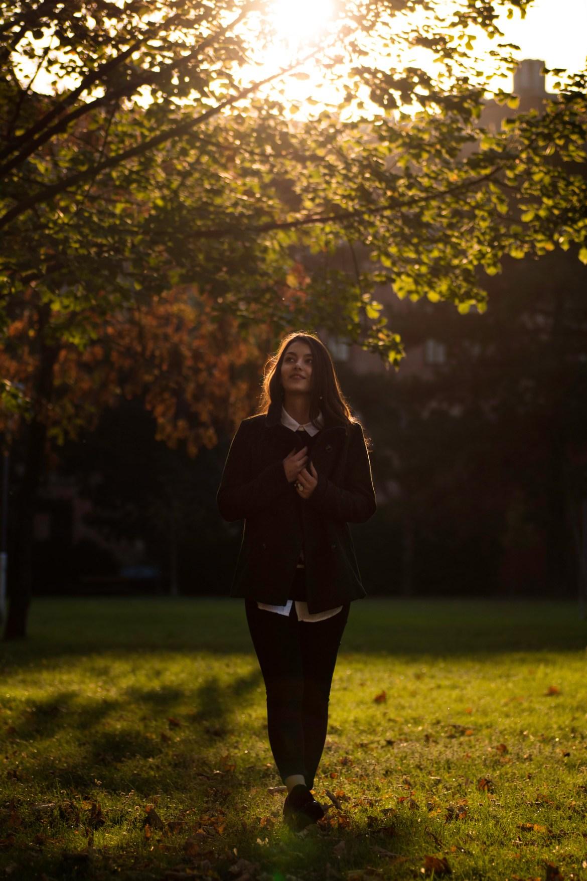 Dorie läuft im Sonnenlicht über eine Wiese