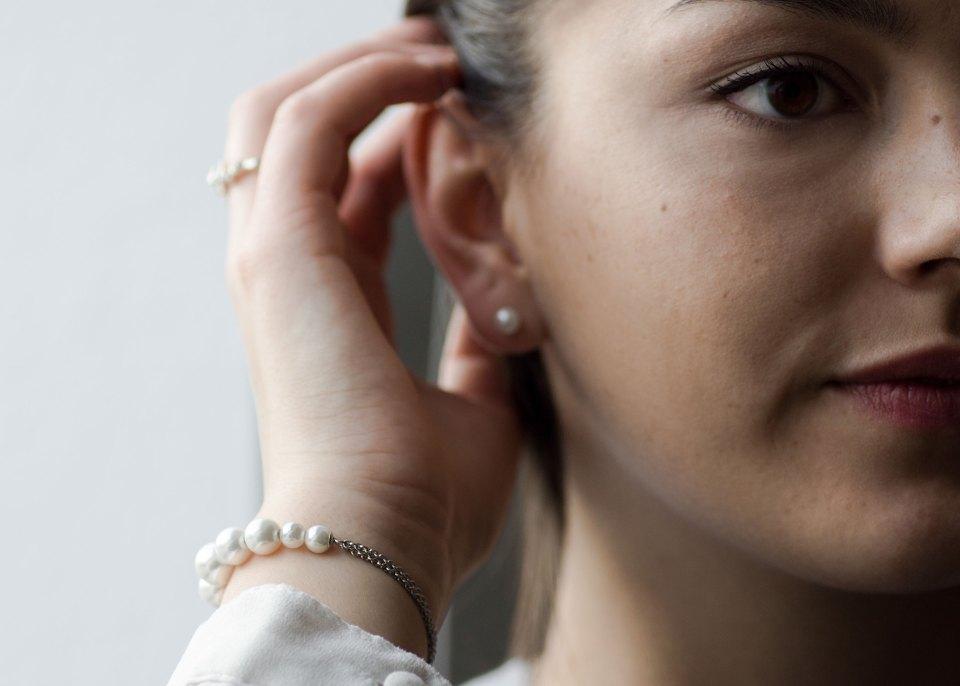 Dorie streicht sich die Haare hinters Ohr, an ihrem Armgelenk ein Jette Joop Armband von Christ