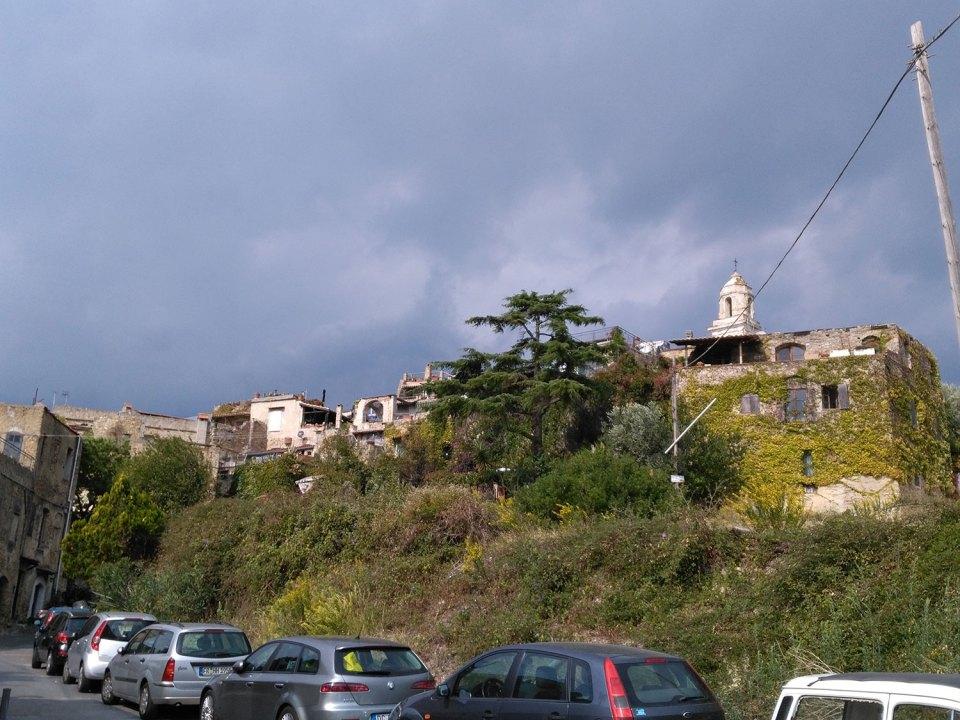 Die Außenmauern des Künstlerdorfes Bussana Vecchia