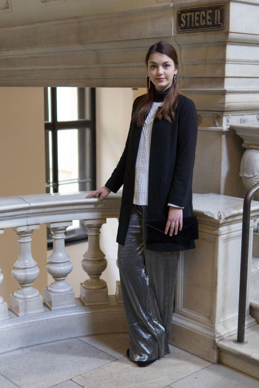Silberne Hose von Mango. weißer Pullover von Only und schwarzes Rollkragenshirt von More & More trägt Dorie