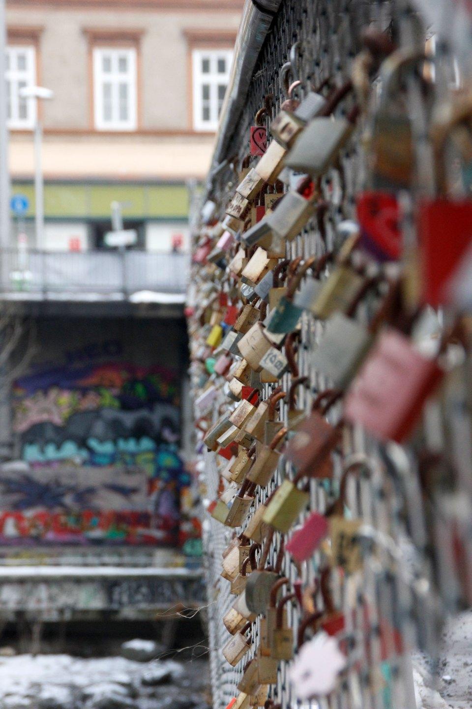 Liebesschlösser an Brücke in Graz