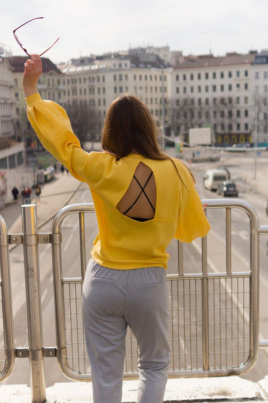Gelber Pullover mit Rückenausschnitt