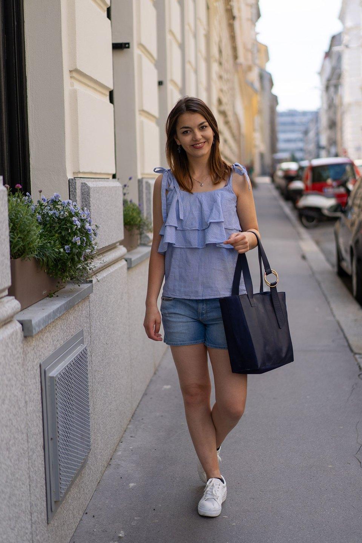 Blaues Rüschentop von Vila, Jeansshort und weiße Tamaris-Sneaker