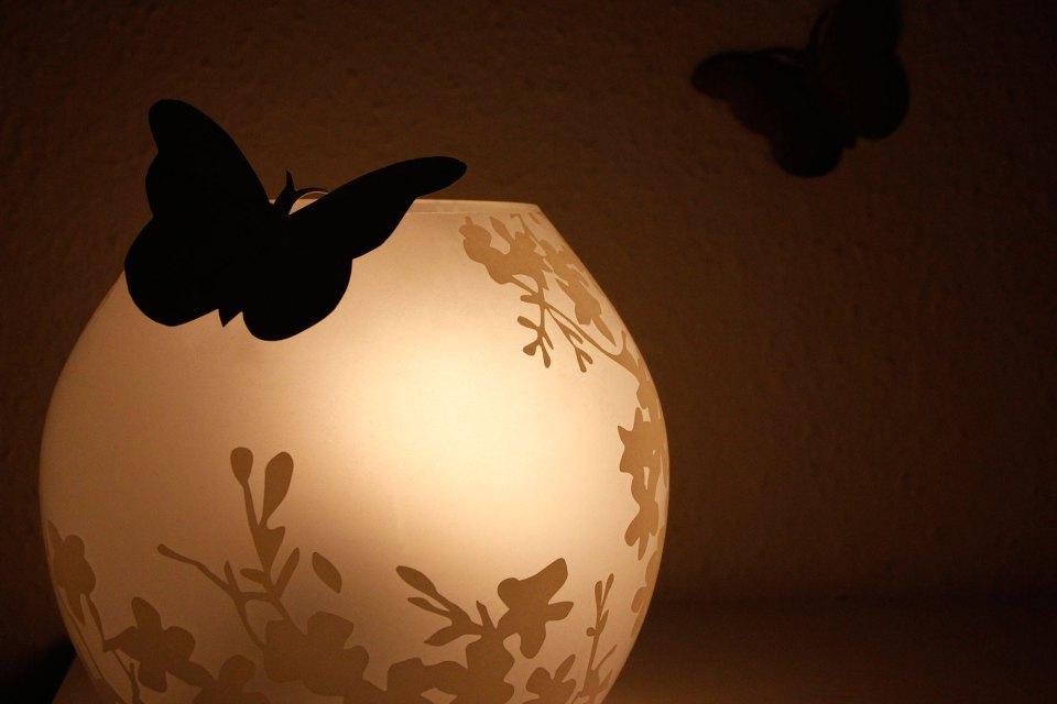 Kugellampe mit Schmetterlingen