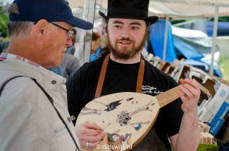 Playing the Bosch lute at the Sheepmarket in Langbroek (photo: Kuifje - ditiswijk.nl)