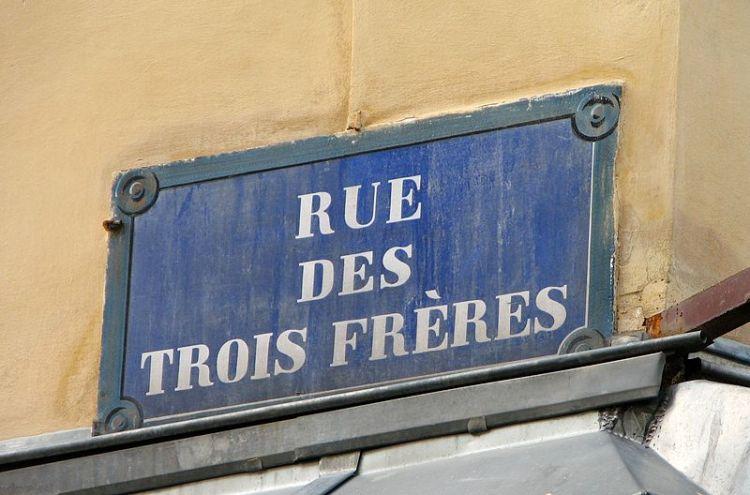 800px-Rue_Des_Trois_Freres,_Paris_18