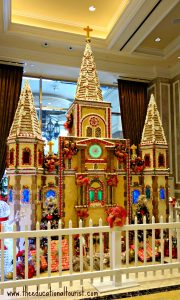 Gingerbread house in New Orleans' Hurrah's hotel lobby, New Orleans Christmas decorations, www.theeducationaltourist.com
