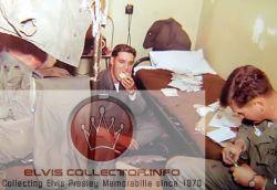 WM ARMY Elvis in bunk 2 men E on floor eating